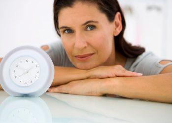 Есть ли взаимосвязь между возрастом последнего деторождения и возрастом наступления менопаузы?